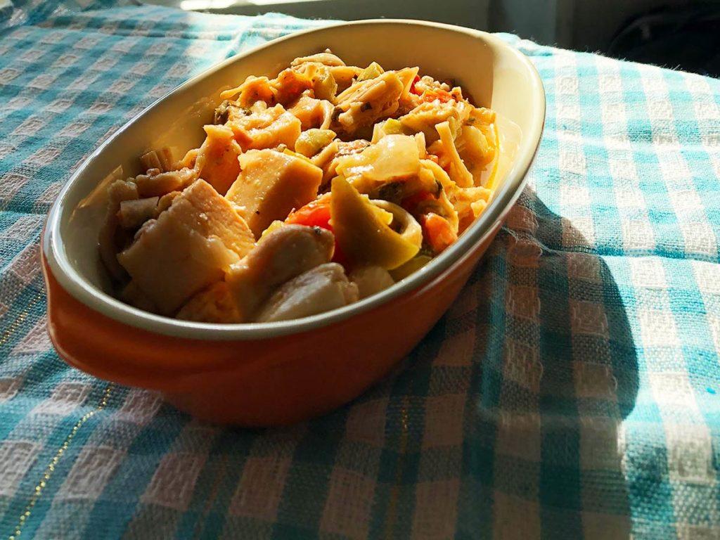 Jaca refogada na cebola, com azeitona e tomatinho